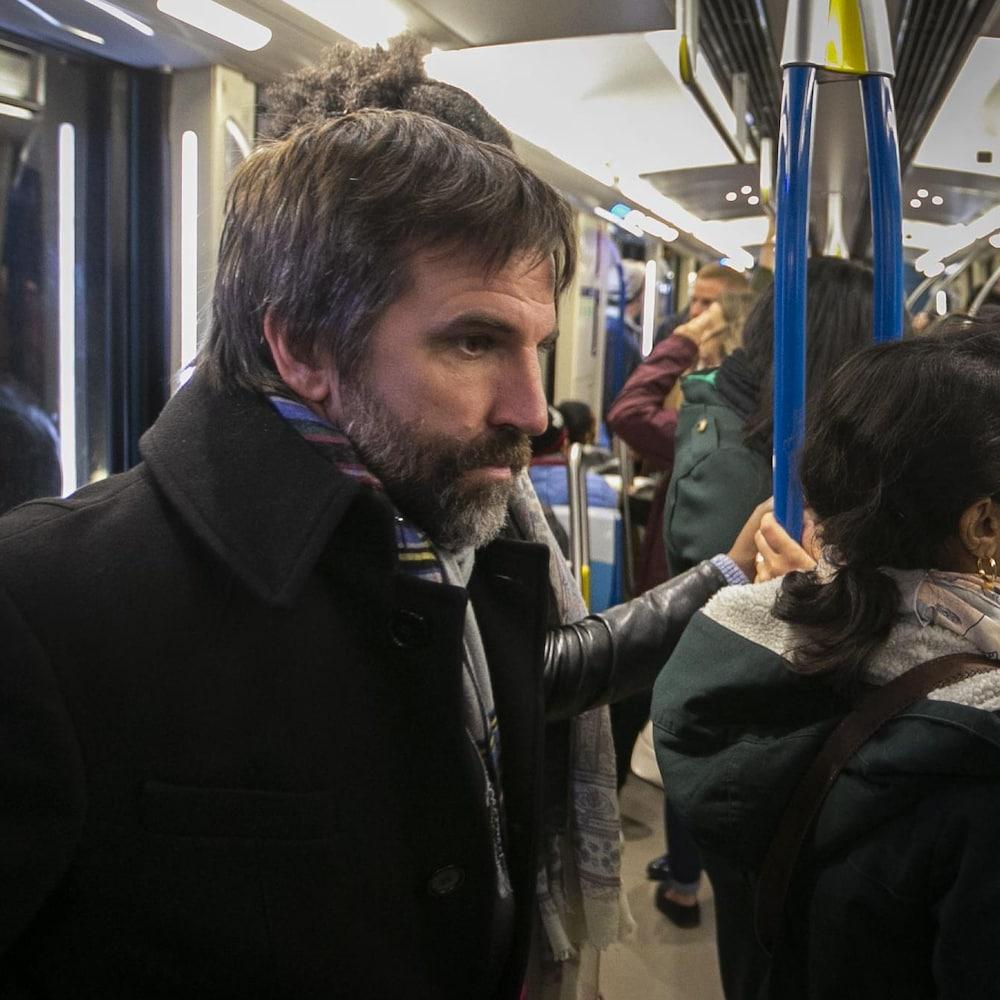 Steven Guilbeault dans le métro de Montréal.