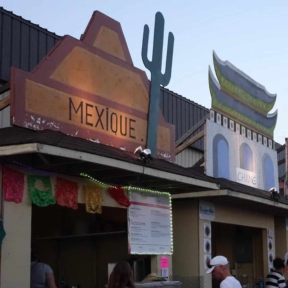L'allée des restaurants au Festival des traditions du monde de Sherbrooke, toujours très fréquentée. On aperçoit ici les kiosques du Mexique et de la Chine.