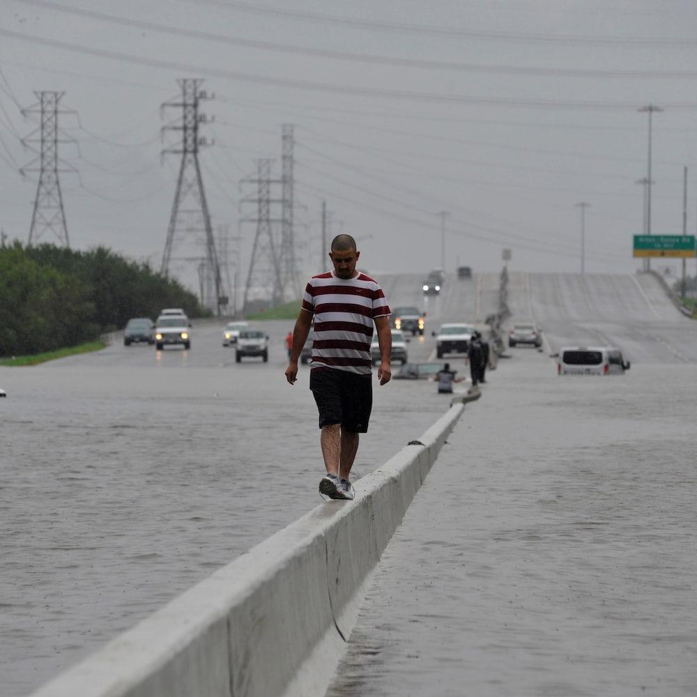 Des automobilistes ont dû abandonner leur véhicule sur les routes inondées.