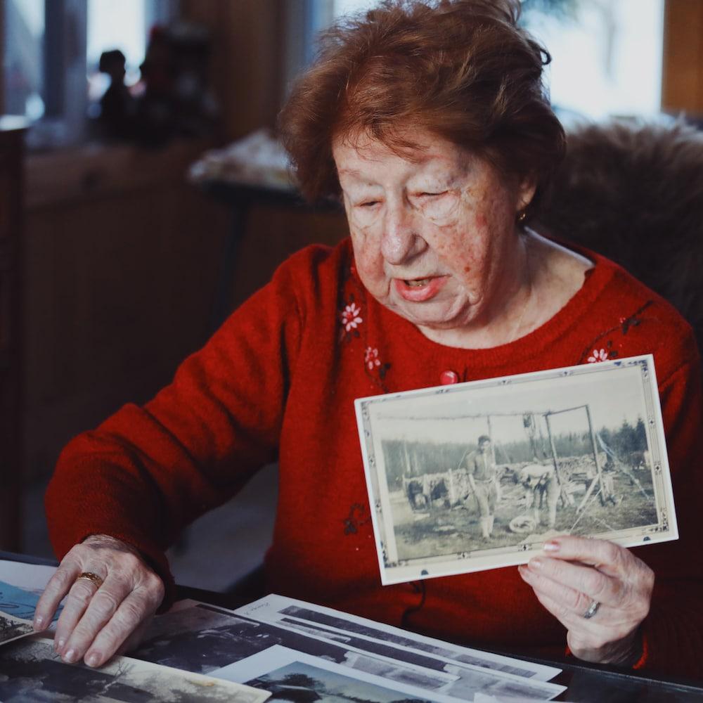 Hélène Gros-Louis regarde ses photos d'époque.
