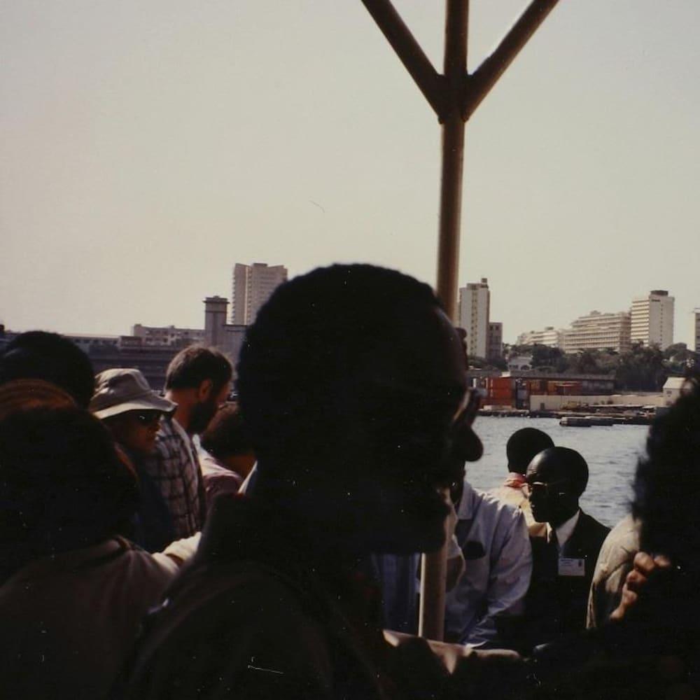 Henri Bergeron, en contre-jour, visitant Dakar avec d'autres dignitaires.