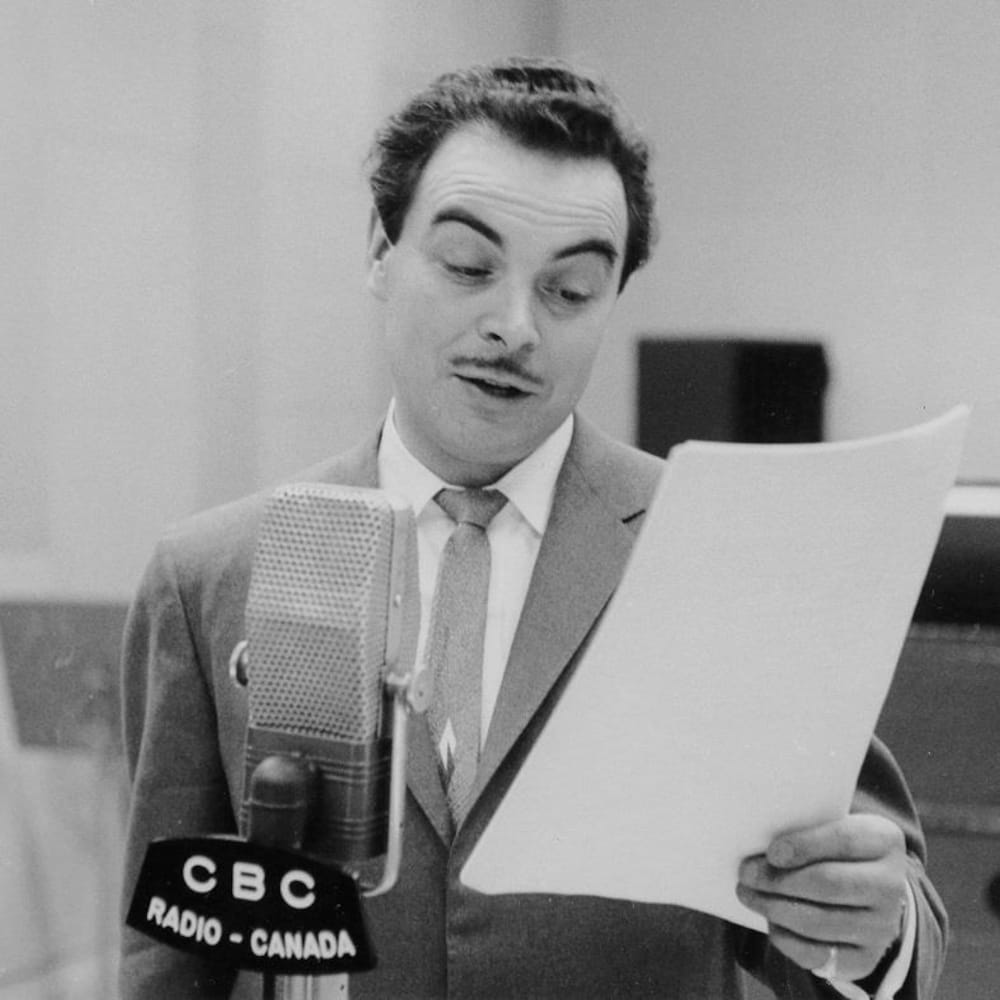 Henri Bergeron lisant un texte devant un micro dans un studio radio.