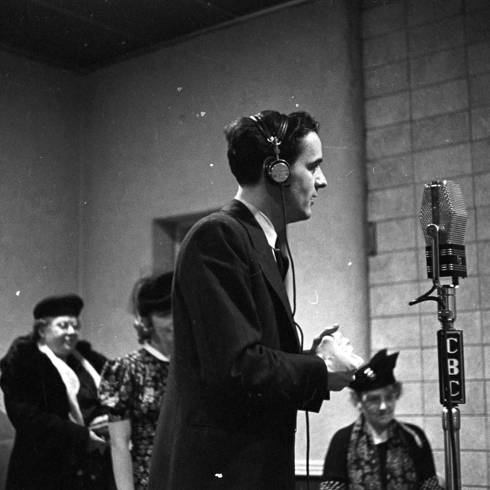 Dans un studio de radio, le réalisateur Guy Mauffette en compagnie de trois comédiennes dont Jovette Bernier, au centre.