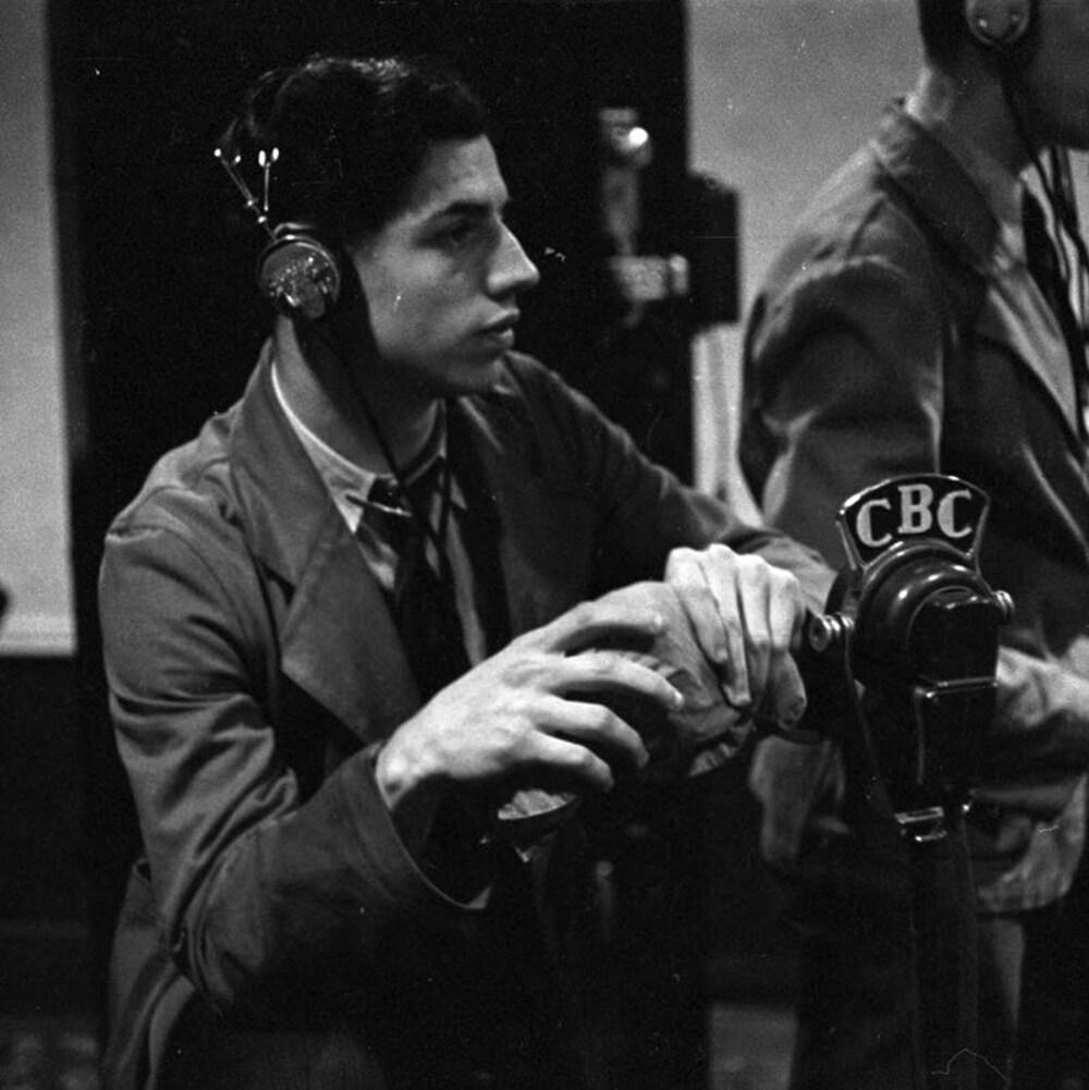 Dans un studio de radio, le bruiteur Marcel Giguère et le technicien Albert Deamen, durant la diffusion de l'émission.