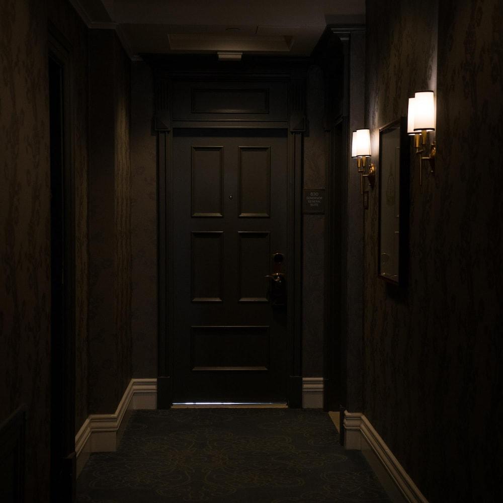 Une porte au 6e étage de l'hôtel Empress.