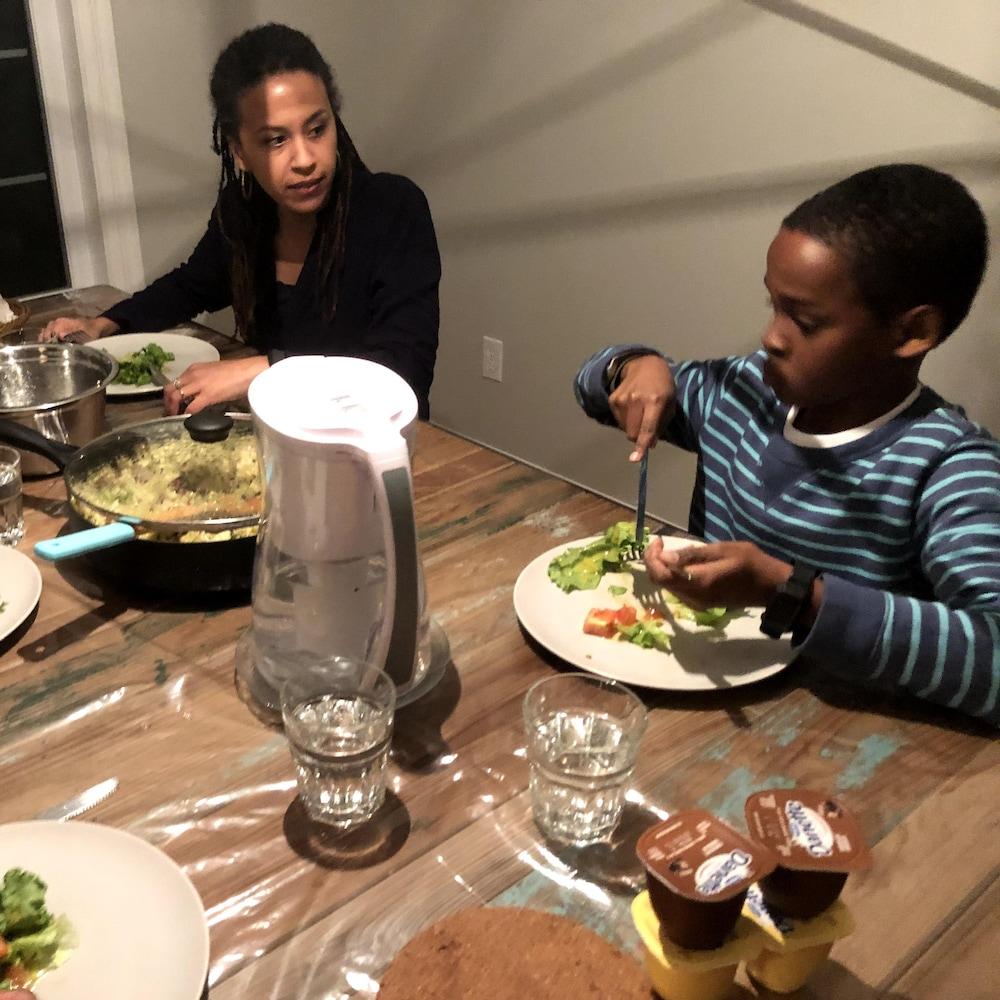 Des gens qui mangent autour d'une table à diner.
