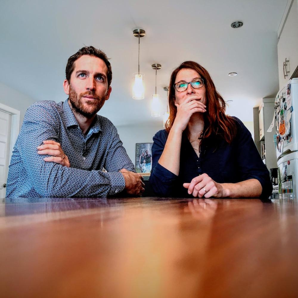 Un homme et une femme assis à un table.