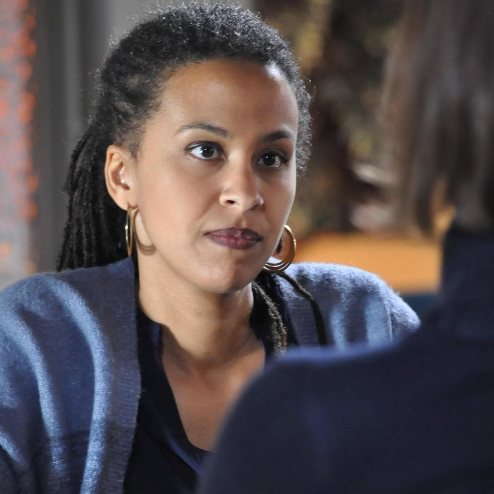 Une femme qui discute avec une autre