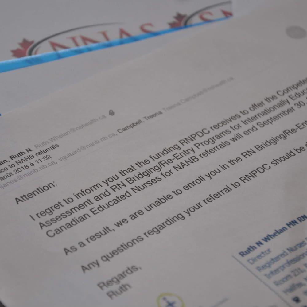 Une copie d'un courriel informe de la suspension des cours de mise à niveau pour une période indéterminée.