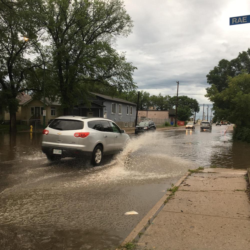Inondation au centre-ville de Regina sur la 9e Avenue