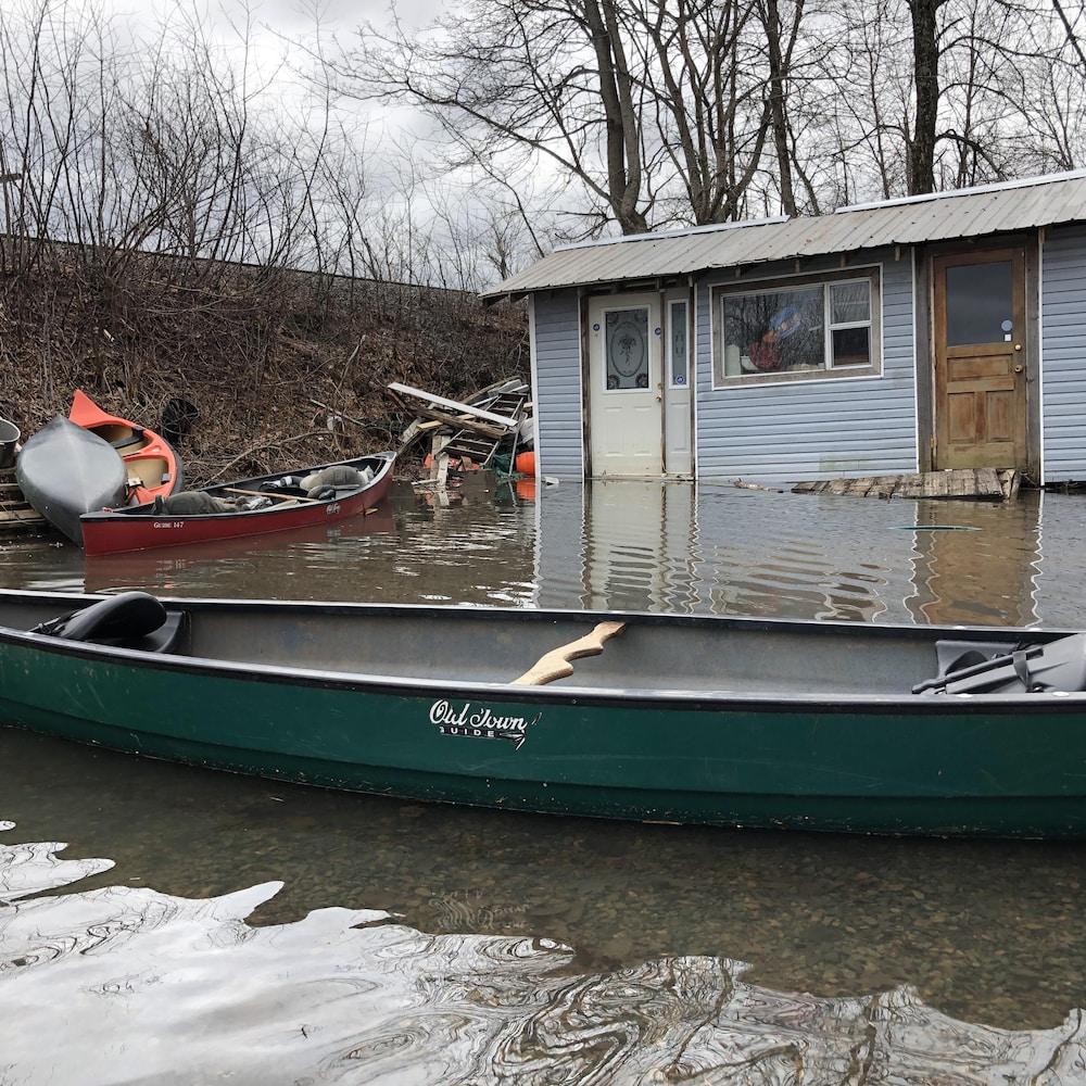 Canot devant une maison inondée à Grand Bay-Westfield le 28 avril 2019.