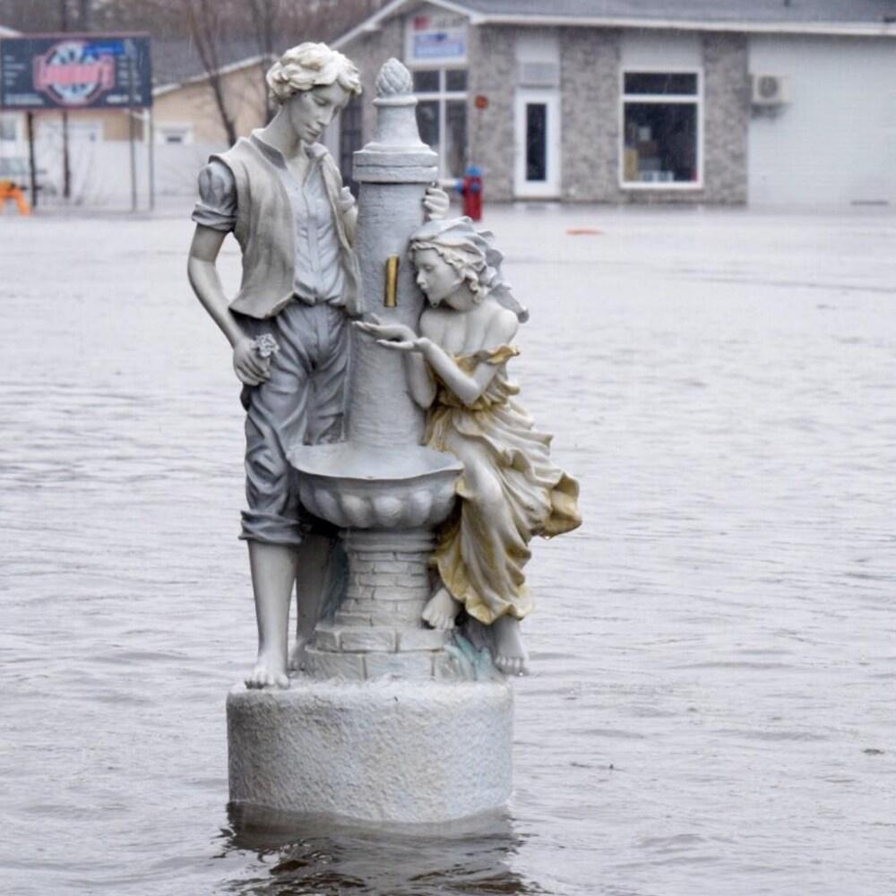 Inondations autour d'une statue à Fredericton, au Nouveau-Brunswick, le 23 avril 2019.