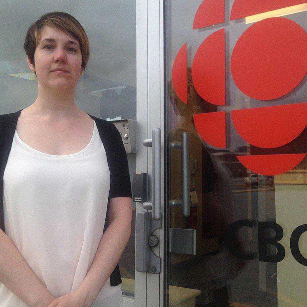 Janice Kennedy devant les locaux de Radio-Canada.