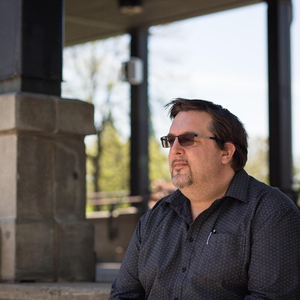 Luc Desormeaux est assis sur les marches en béton du parc Morgan.