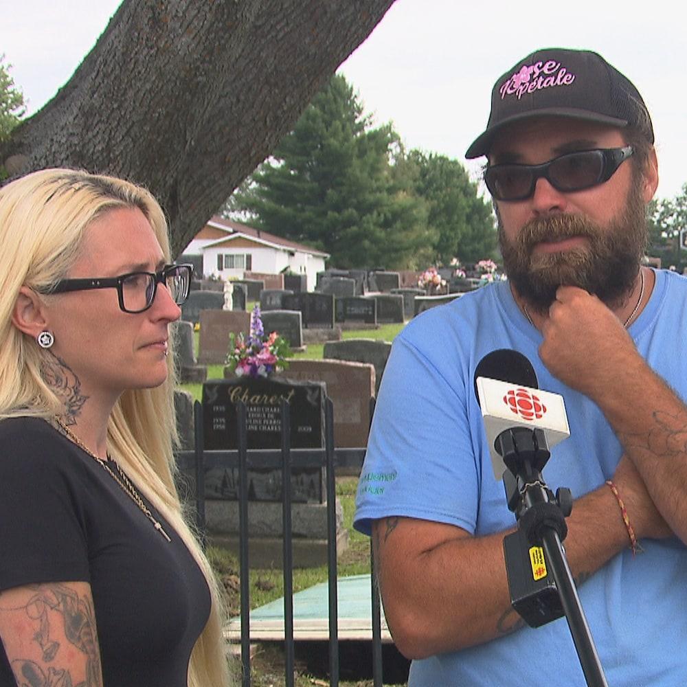 Joany et Nicolas Lefebvre accordant une entrevue devant un cimetière.