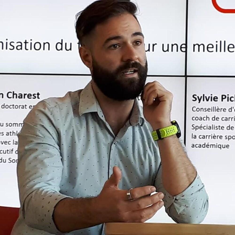 Jonathan Charest lors d'une conférence.