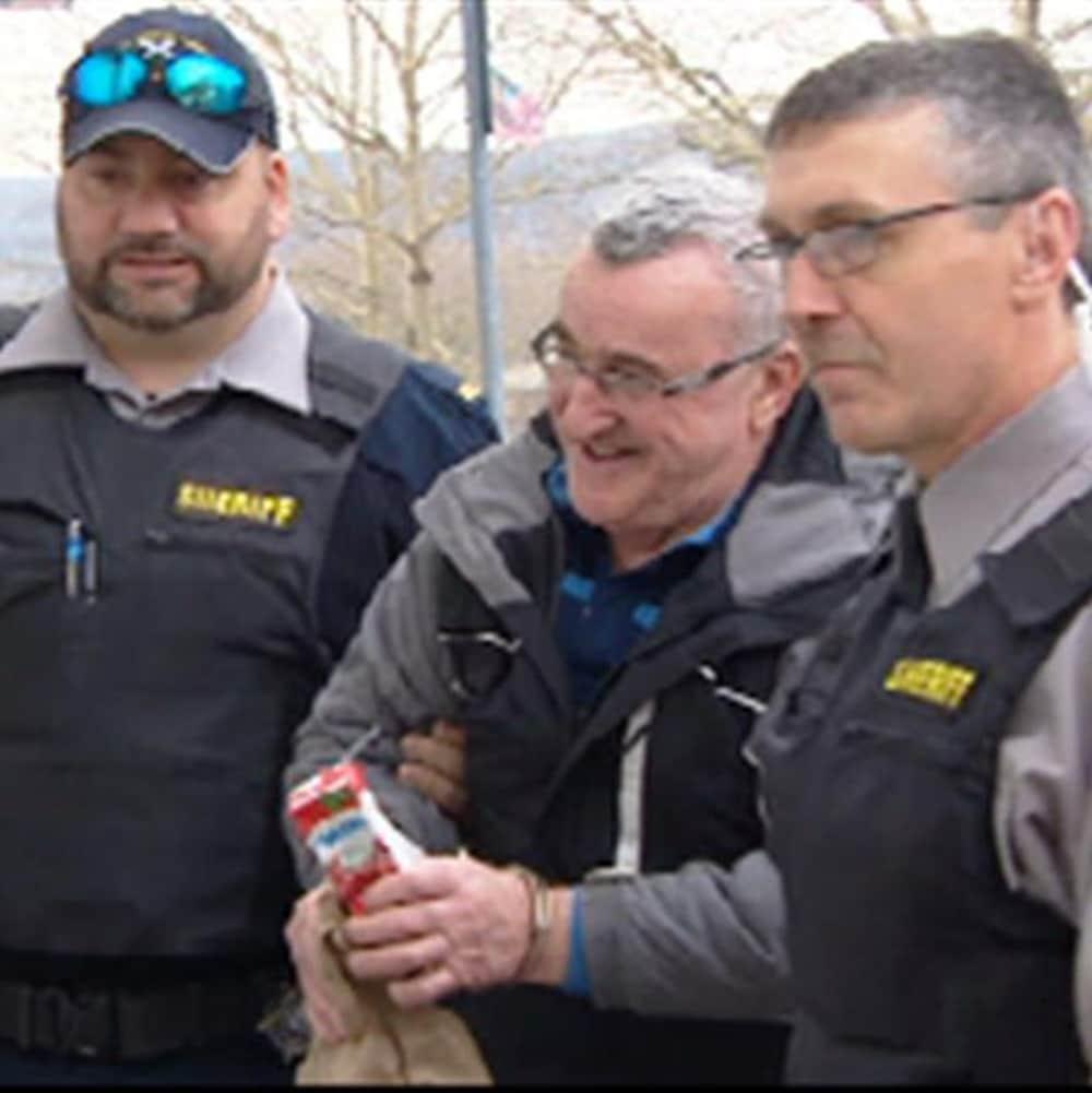 Joseph James Landry escorté par des policiers.