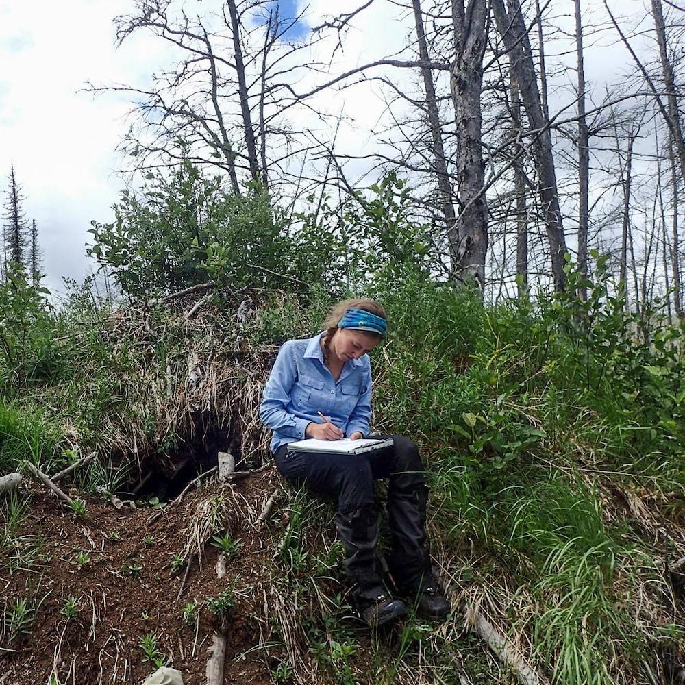 La chercheuse Katrien Kingdon dans une forêt.