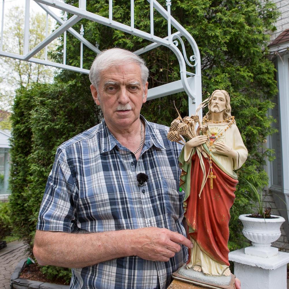 Kelley Claveau tient une statue du Sacré-Coeur dans ses bras.