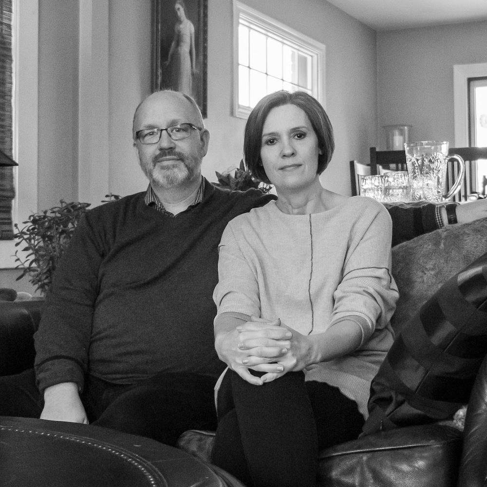 Un homme et une femme sont assis sur un canapé.