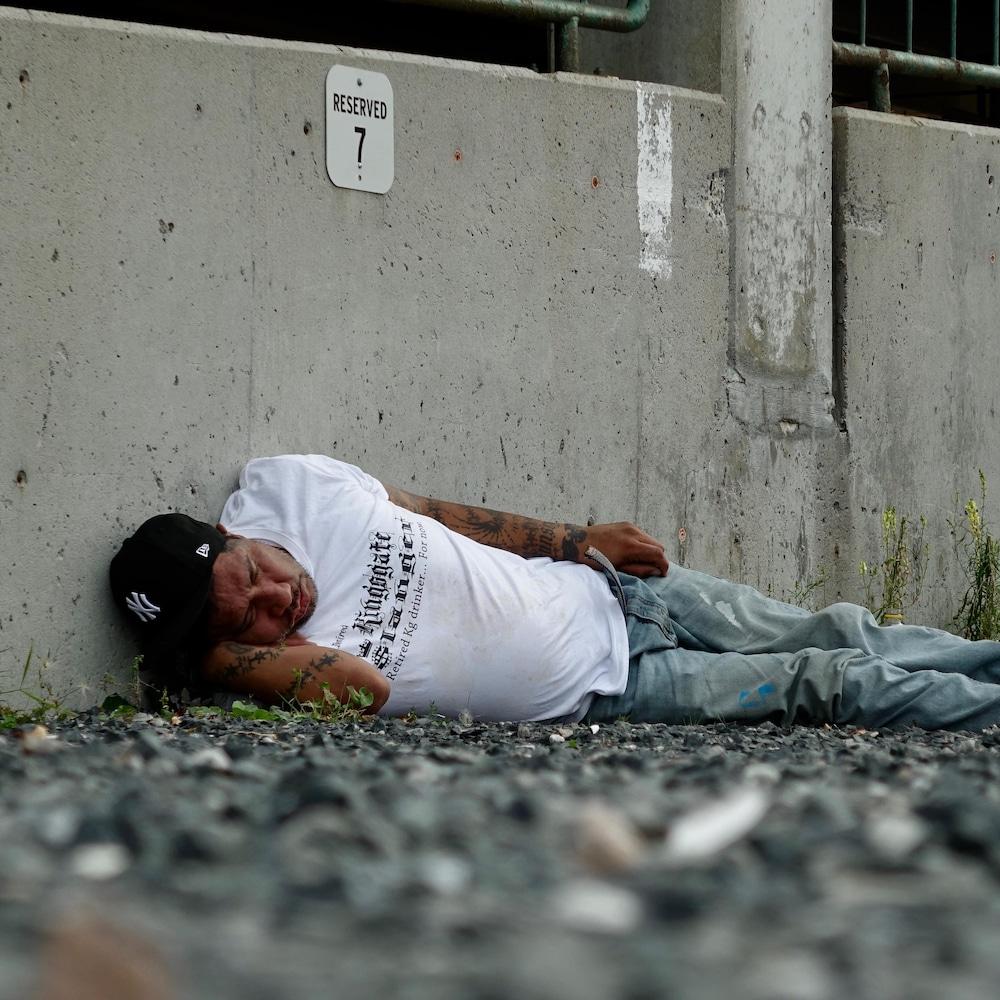 Un sans-abri dort dans un stationnement en gravier près du centre-ville de Kenora.