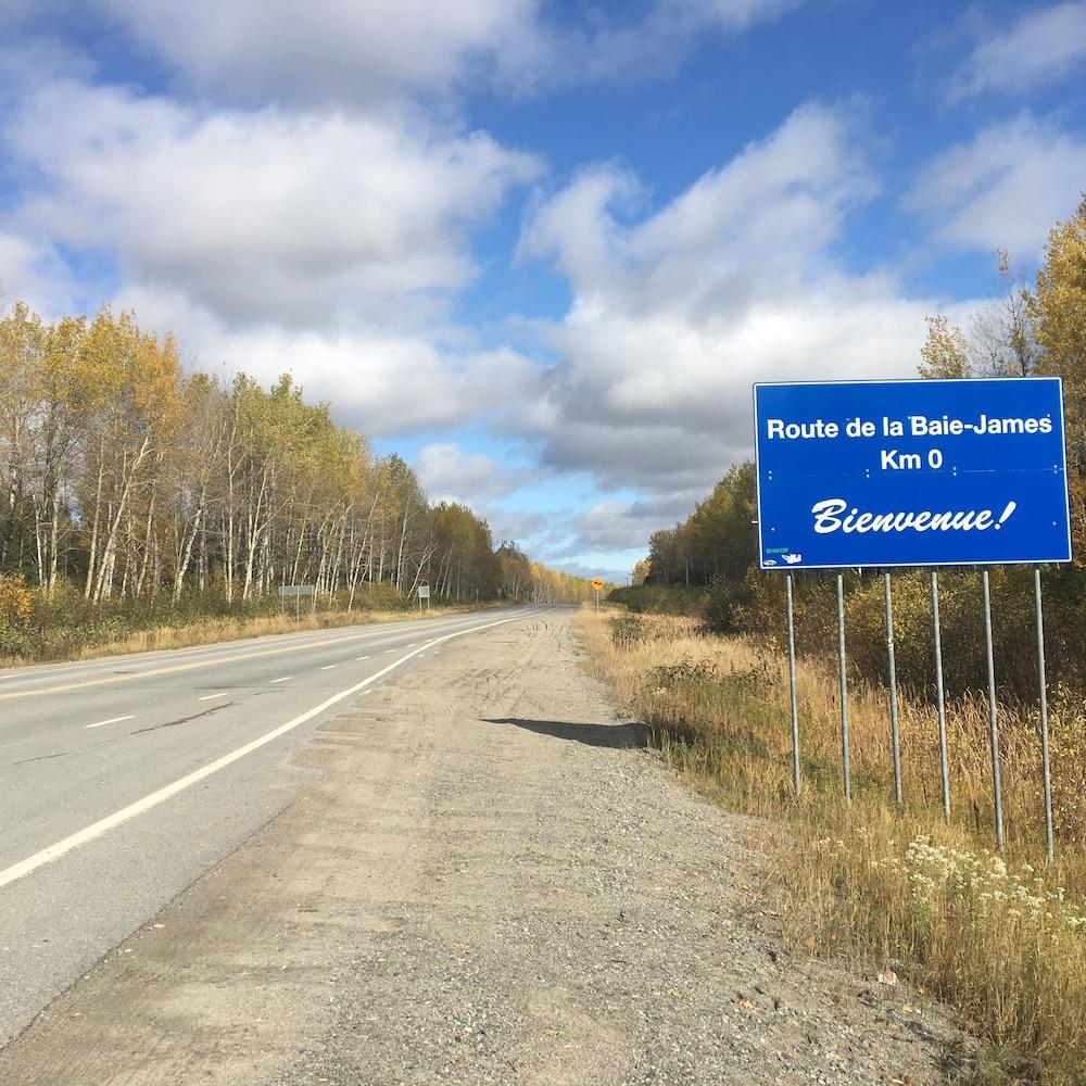 Un panneau de signalisation qui indique le kilomètre zéro de la route de la Baie-James.