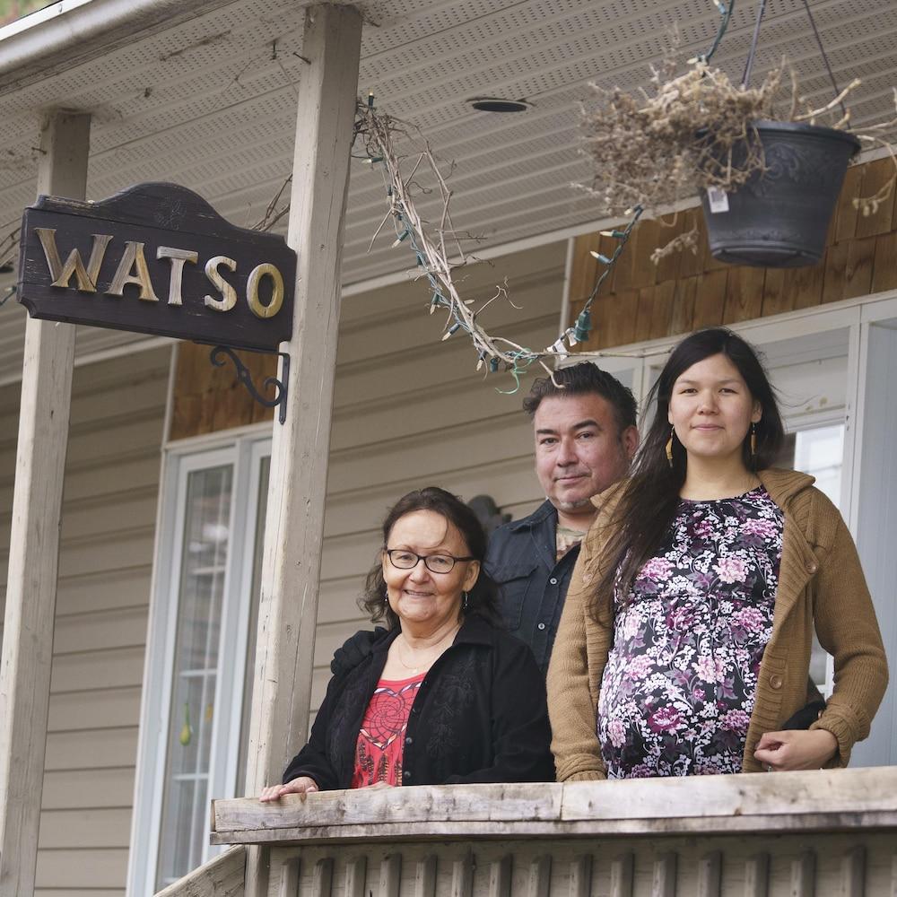 Jacques T. Watso, sa femme enceinte Catherine Boivin et sa mère Priscilla Watso devant leur maison intergénérationnelle à Odanak (près de Sorel-Tracy).