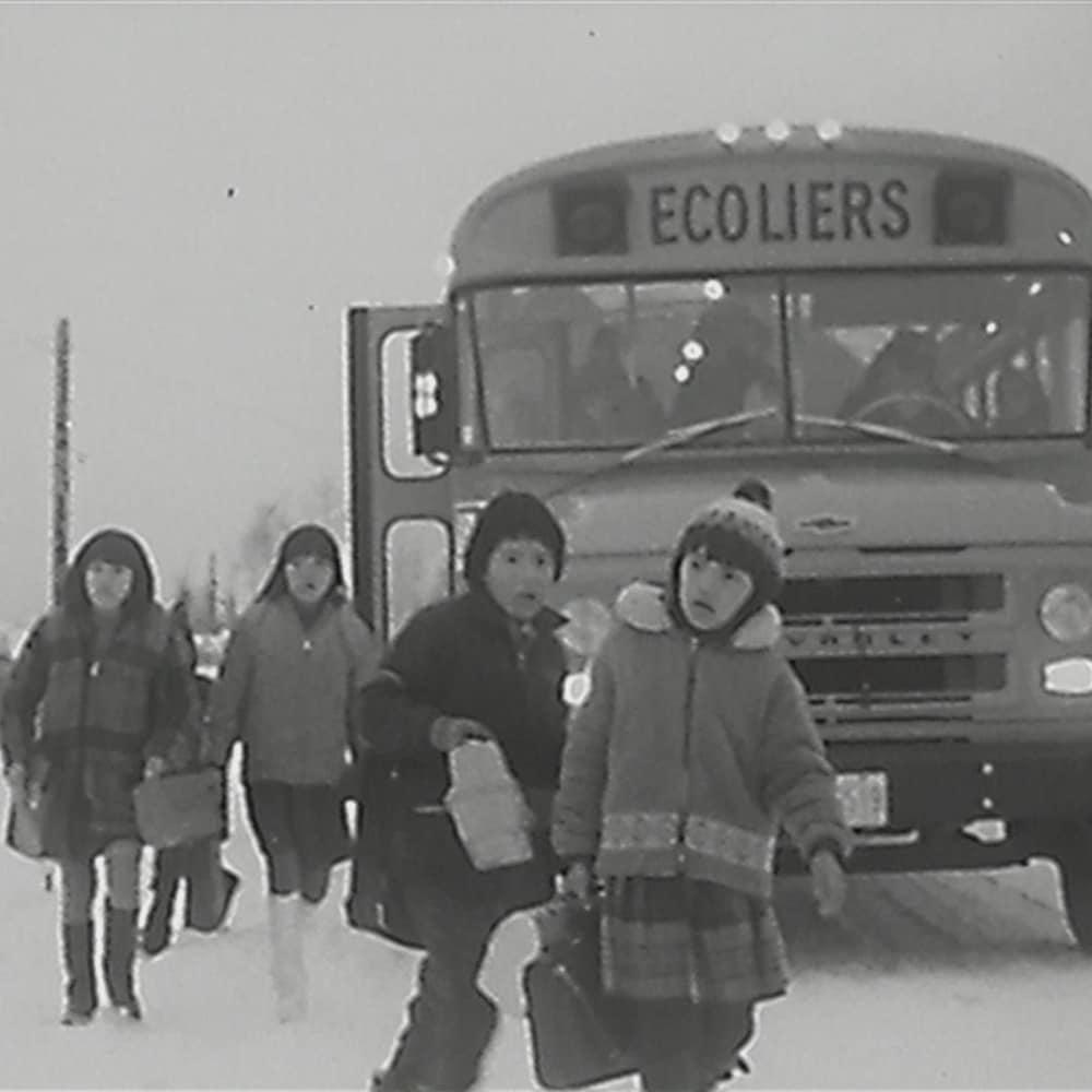 Des enfants de la communauté anichinabée de Lac Simon en Abitibi-Témiscamingue, dans les années 1970.