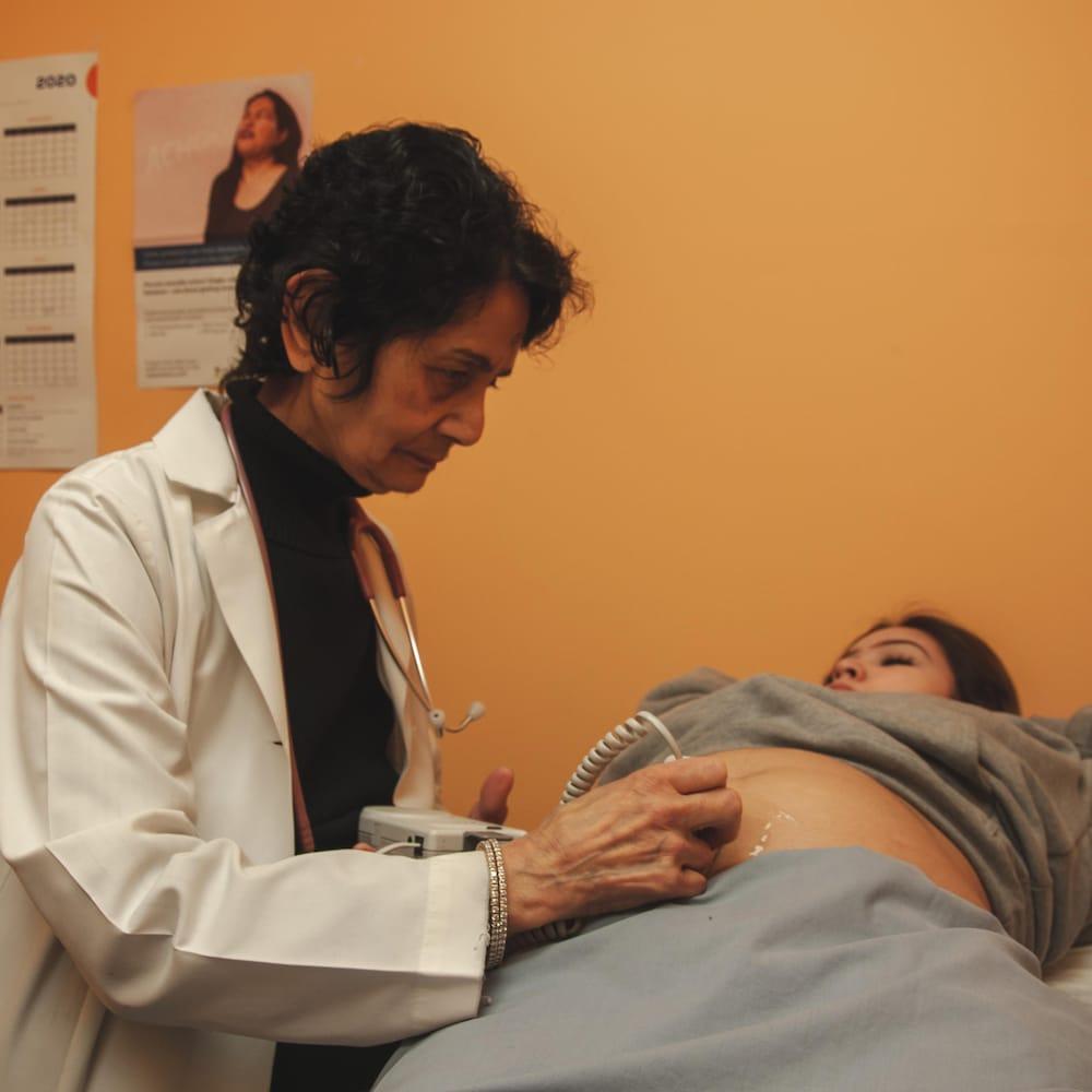 Une médecin fait une échographie à une patiente