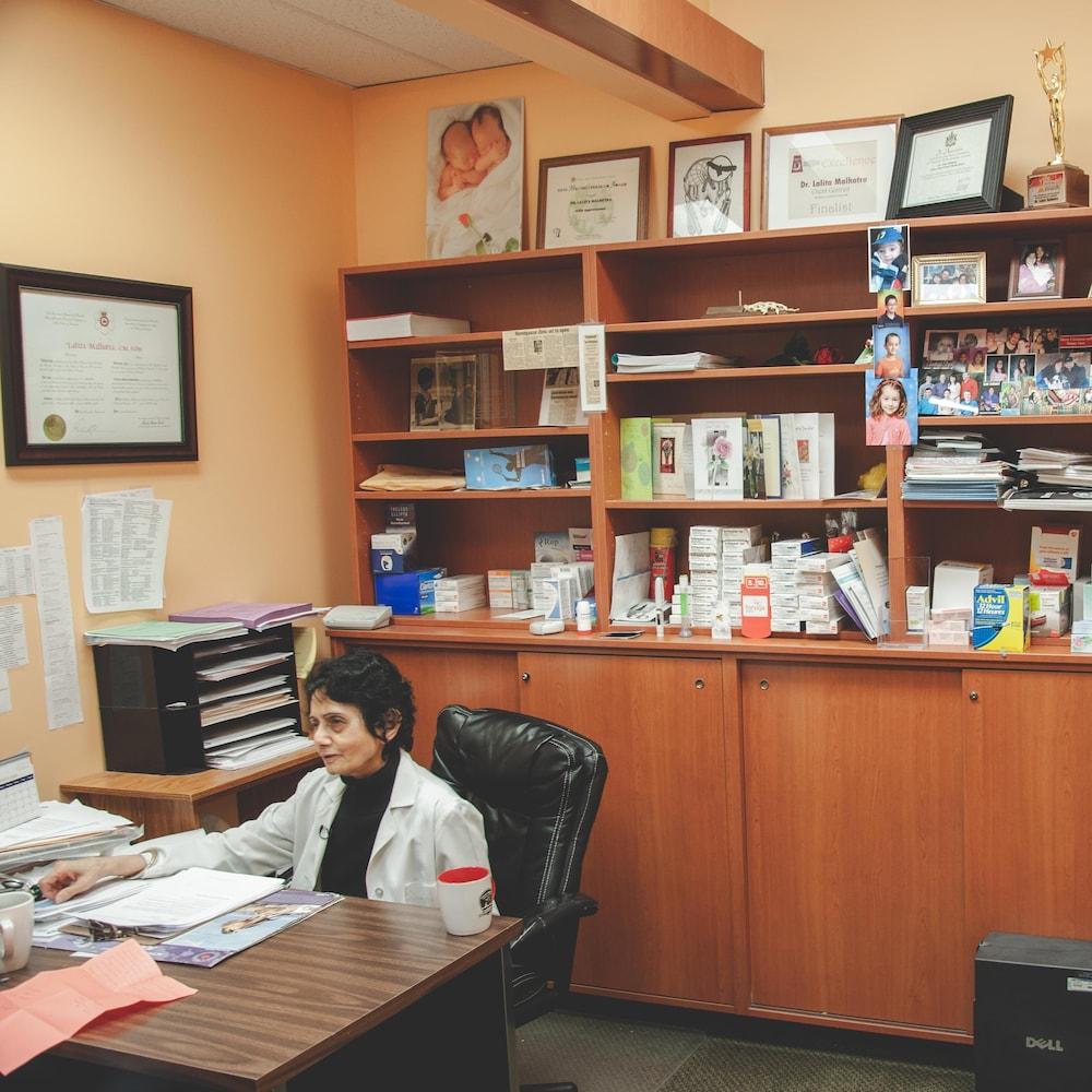 Un médecin dans son bureau