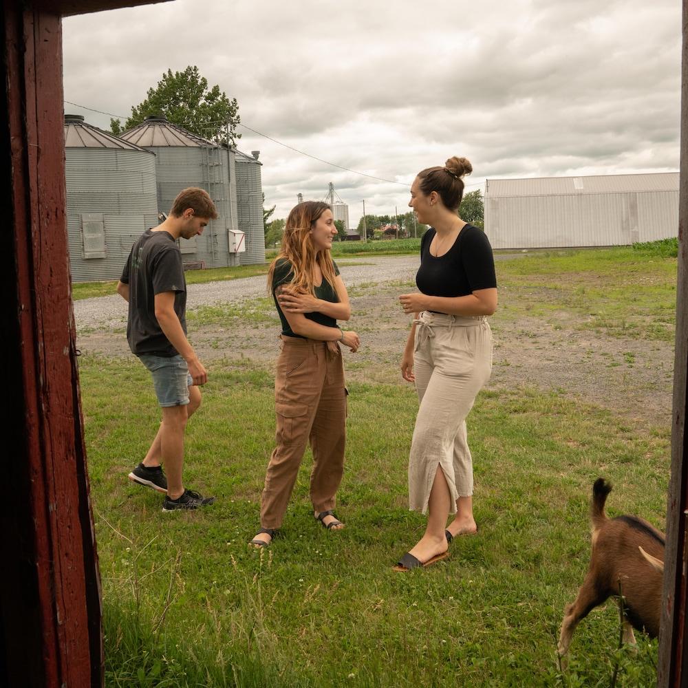 Éliana et Ariane se parlent en souriant, alors que Thomas-Louis marche à leur gauche.