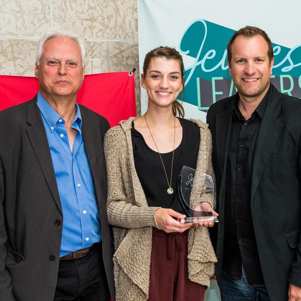 Jeune leader de la Colombie-Britannique, Sophie Brassard (centre) reçoit son prix en présence de Pierre Guérin (gauche), premier directeur région de l'Ouest, et de François Tremblay (droite), premier chef des contenus des régions de l'Ouest.