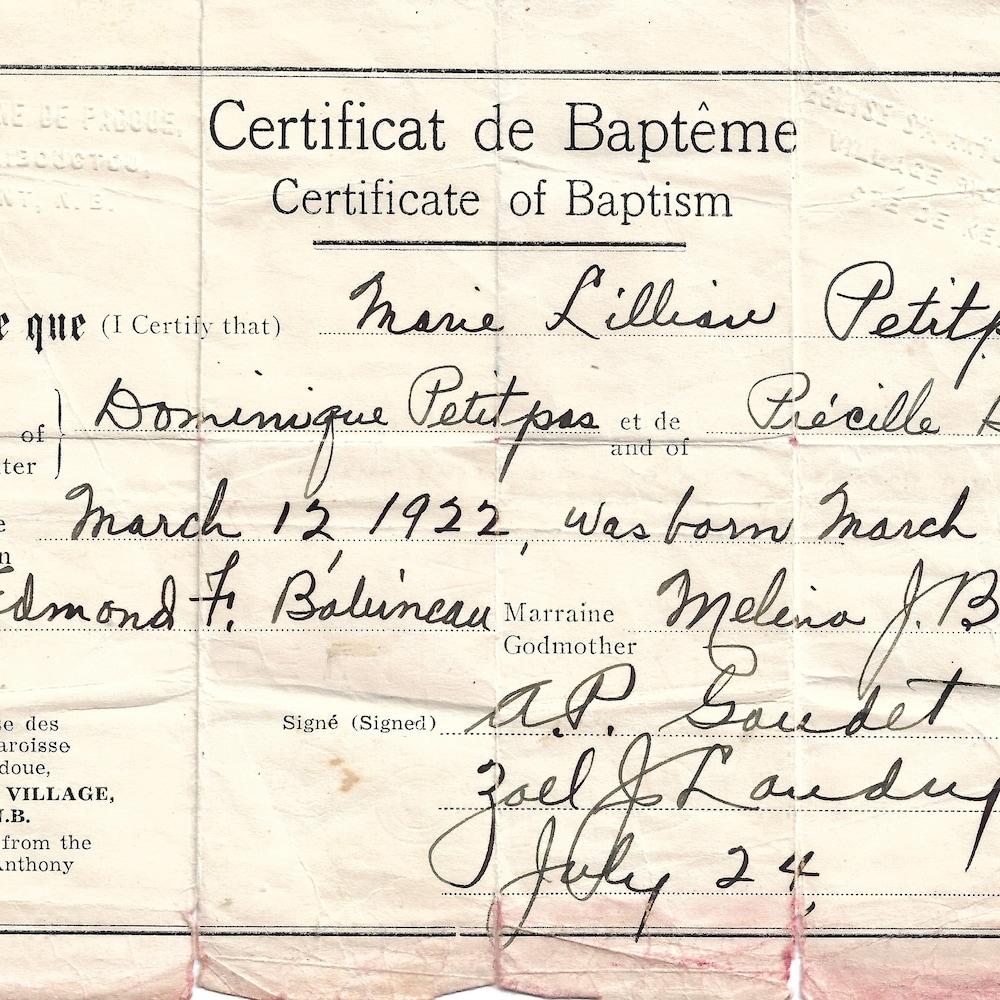 Un certificat de baptême daté de 1941 sur lequel on peut le nom de Lillian Petitpas, fille de Dominique Petitpas et de Précile Babineau.