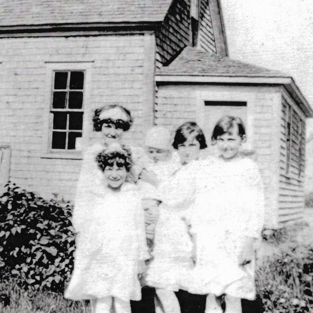 Une vielle photo sur laquelle on voit des enfants.
