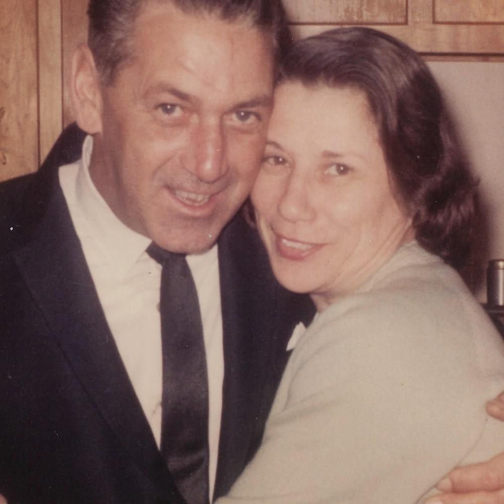 Un homme et une femme collés pour une photo.