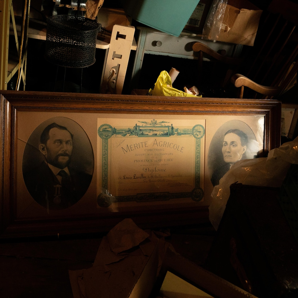 Les portraits de Louis Lavallée et de sa femme sont encadrés autour du diplôme du Mérite agricole.
