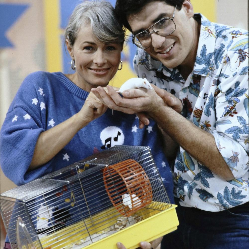 Les animateurs Louise Beaudin et Pierre Poirier montrent une souris.