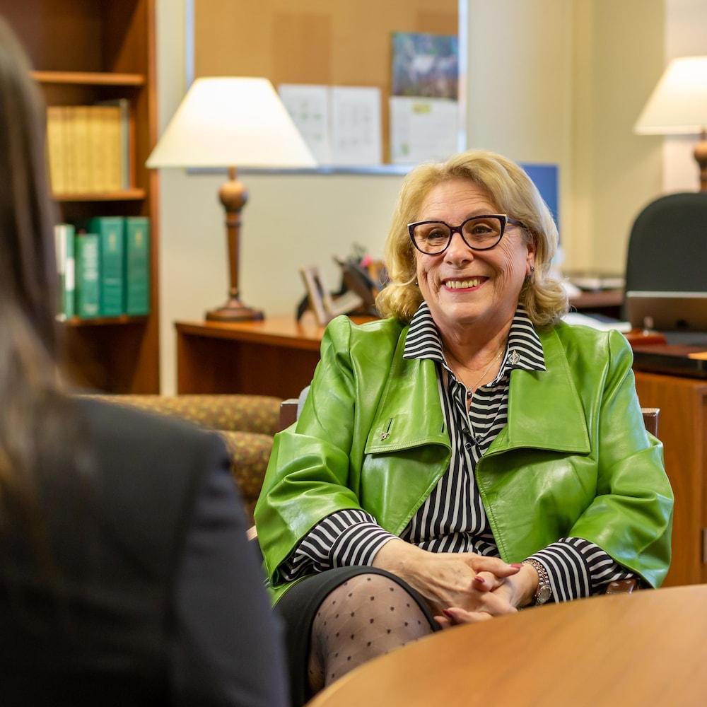 La députée en entrevue télé dans son bureau avec la journaliste Marilyn Marceau.