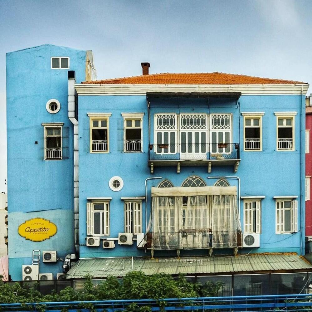Une maison bleue sur fond de ciel gris