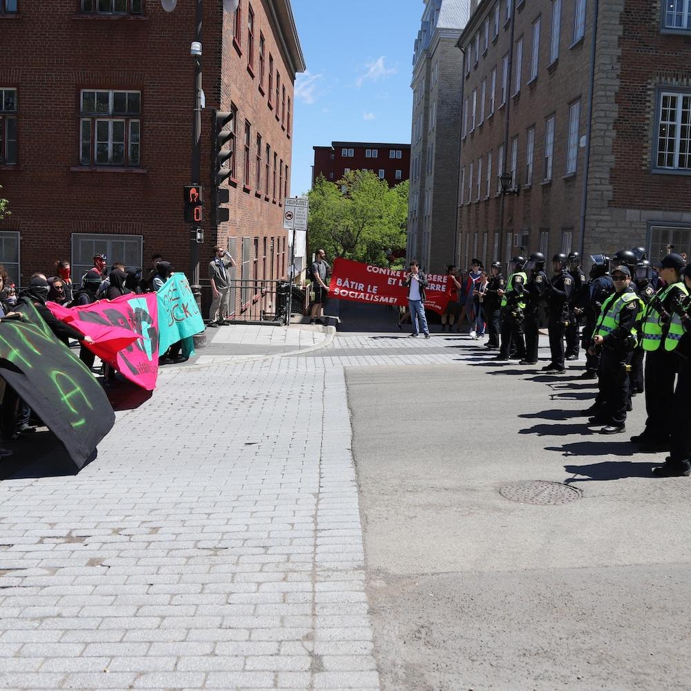 Face à face entre des policiers et des manifestants dans le Vieux-Québec.