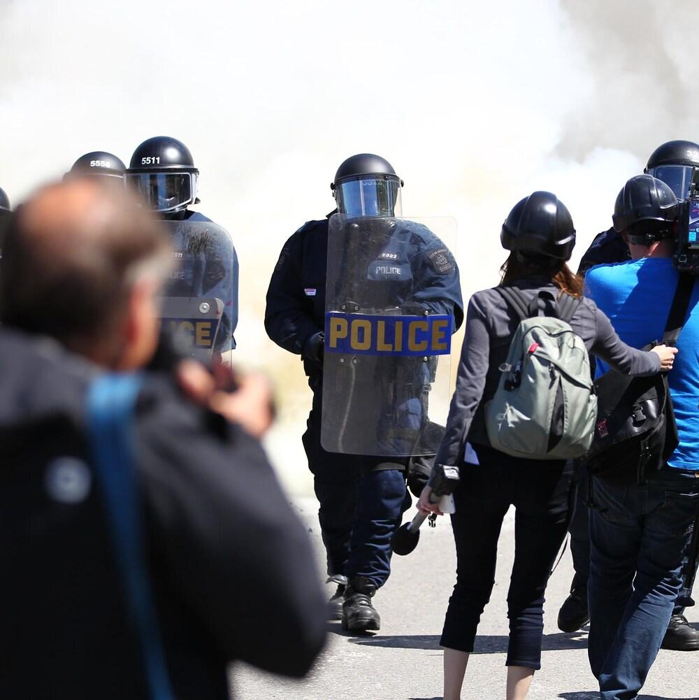 Des policiers antiémeute interceptent les manifestants sur l'avenue Honoré-Mercier.