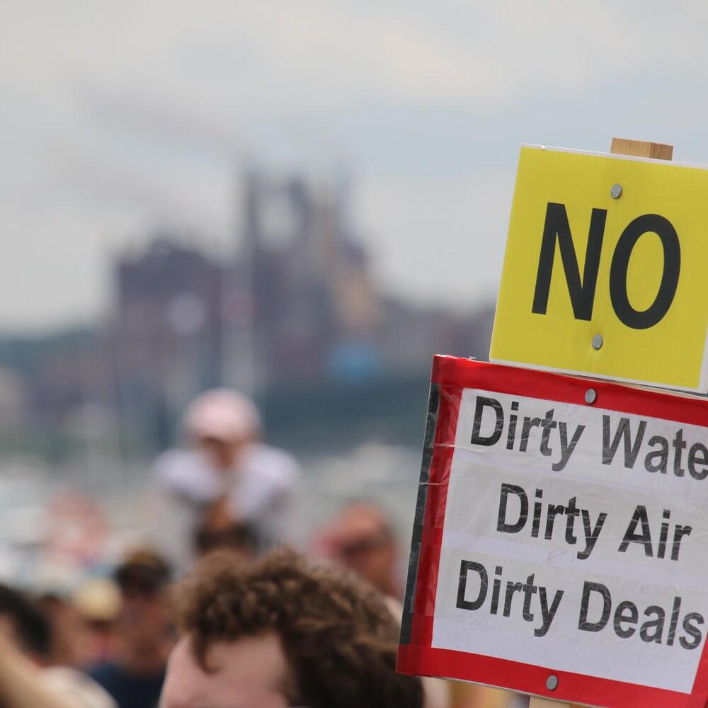 Manifestants contre la papetière Northern Pulp à Pictou, en Nouvelle-Écosse, le 6 juillet 2018.