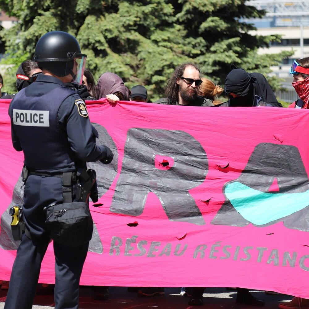 À l'instar de la première manifestation, les policiers sont omniprésents.