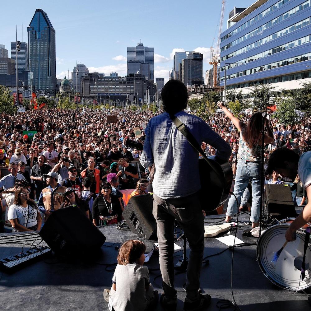Sur scène, des musiciens et face à eux, une foule compacte.