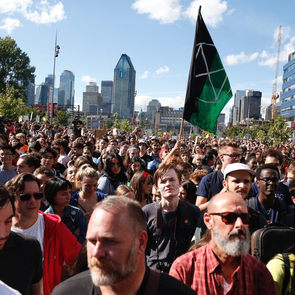 Des manifestants dans une rue au centre-ville de Montréal.
