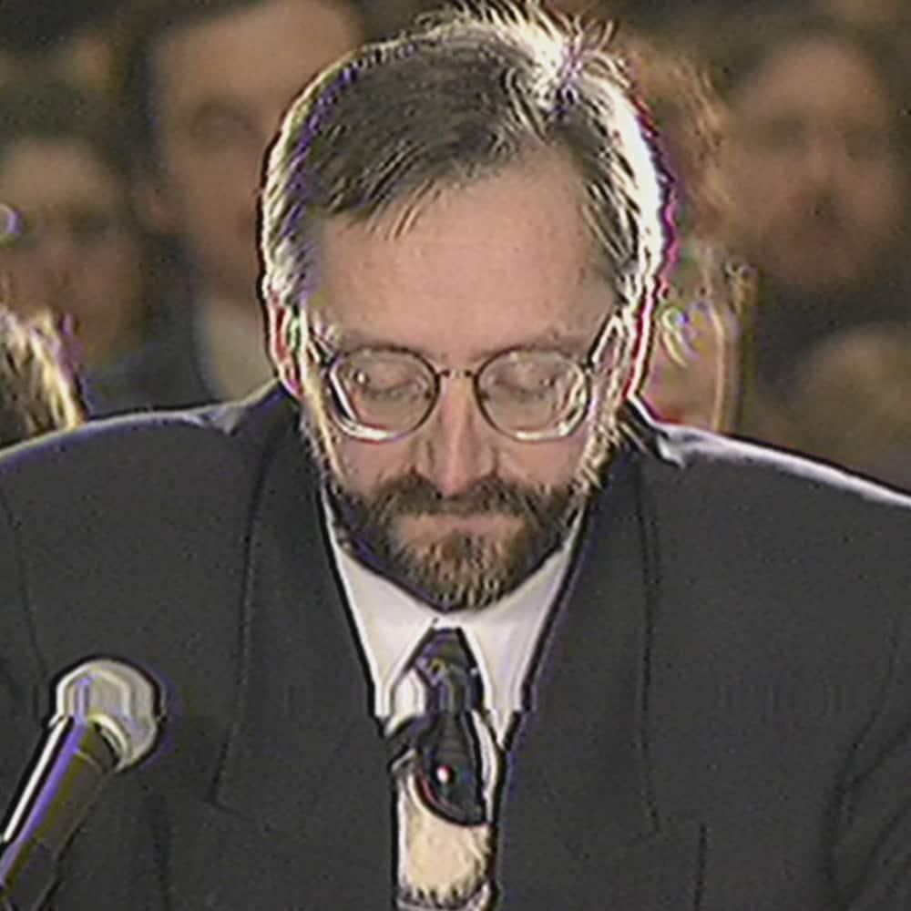 Marc Croteau est assis devant les membres de la Commission de l'Outaouais sur l'avenir du Québec.