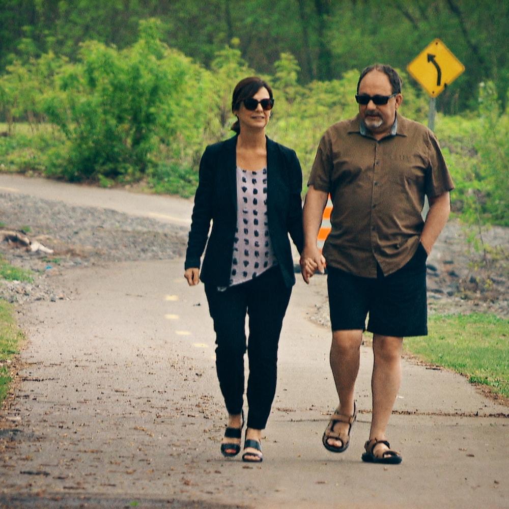 Le couple marchant dans la forêt.