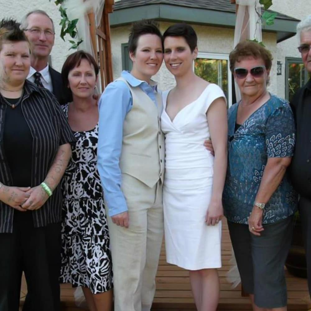 Photo de mariage d'Alex et Holly Graham, avec leurs parents respectifs