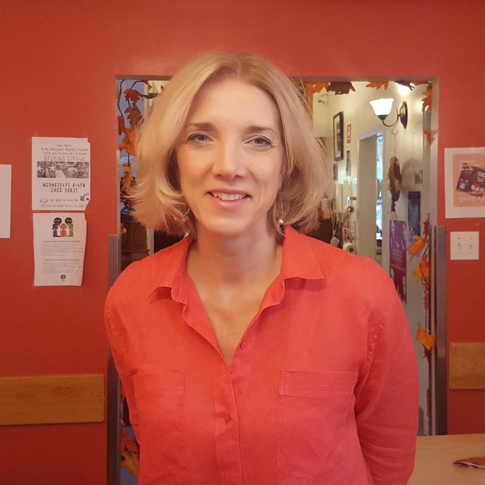 Marina Boulos-Winton est une femme blonde, aux yeux bleus. Elle revêt un chemisier corail.