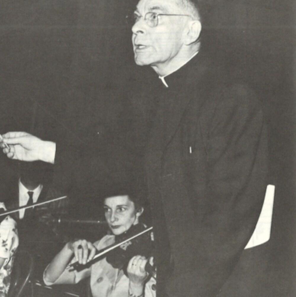Le père Martial Caron dirigeant des musiciens